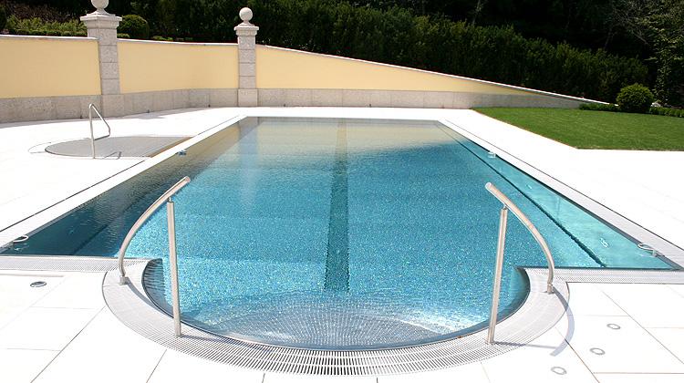 L'inox semble être l'avenir des piscines dans le monde
