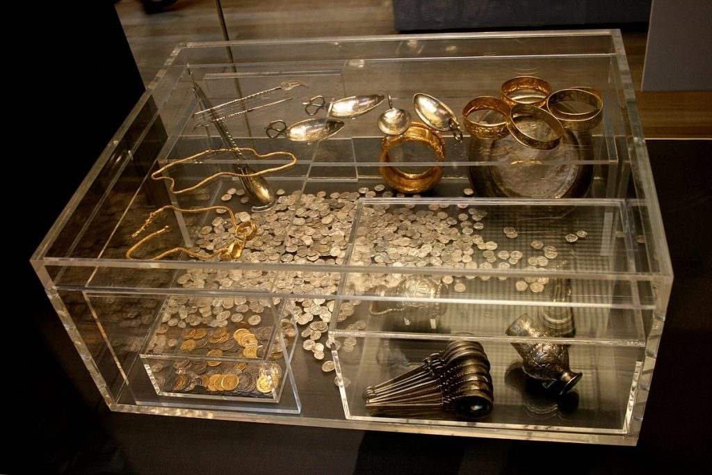 1200px-Hoxne_Hoard_1